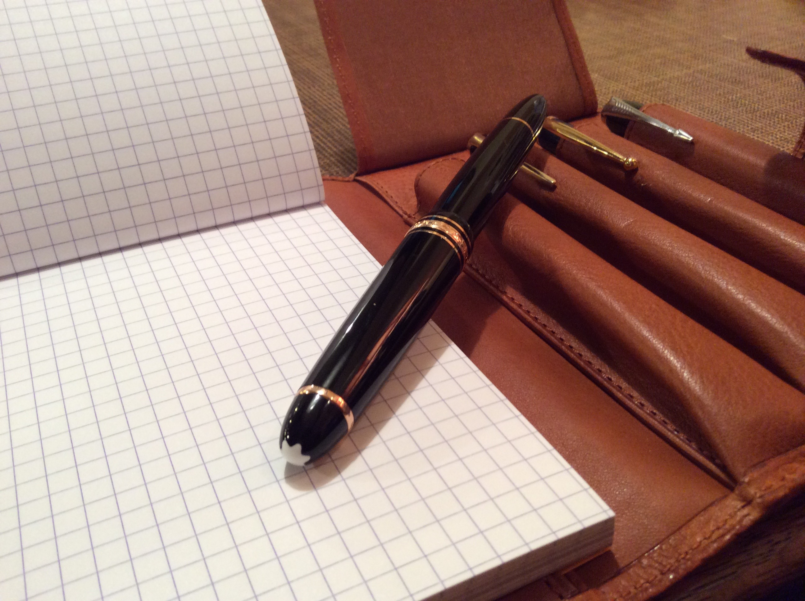 4本挿し&A6サイズのメモパッドを差し込める革製ペンケース