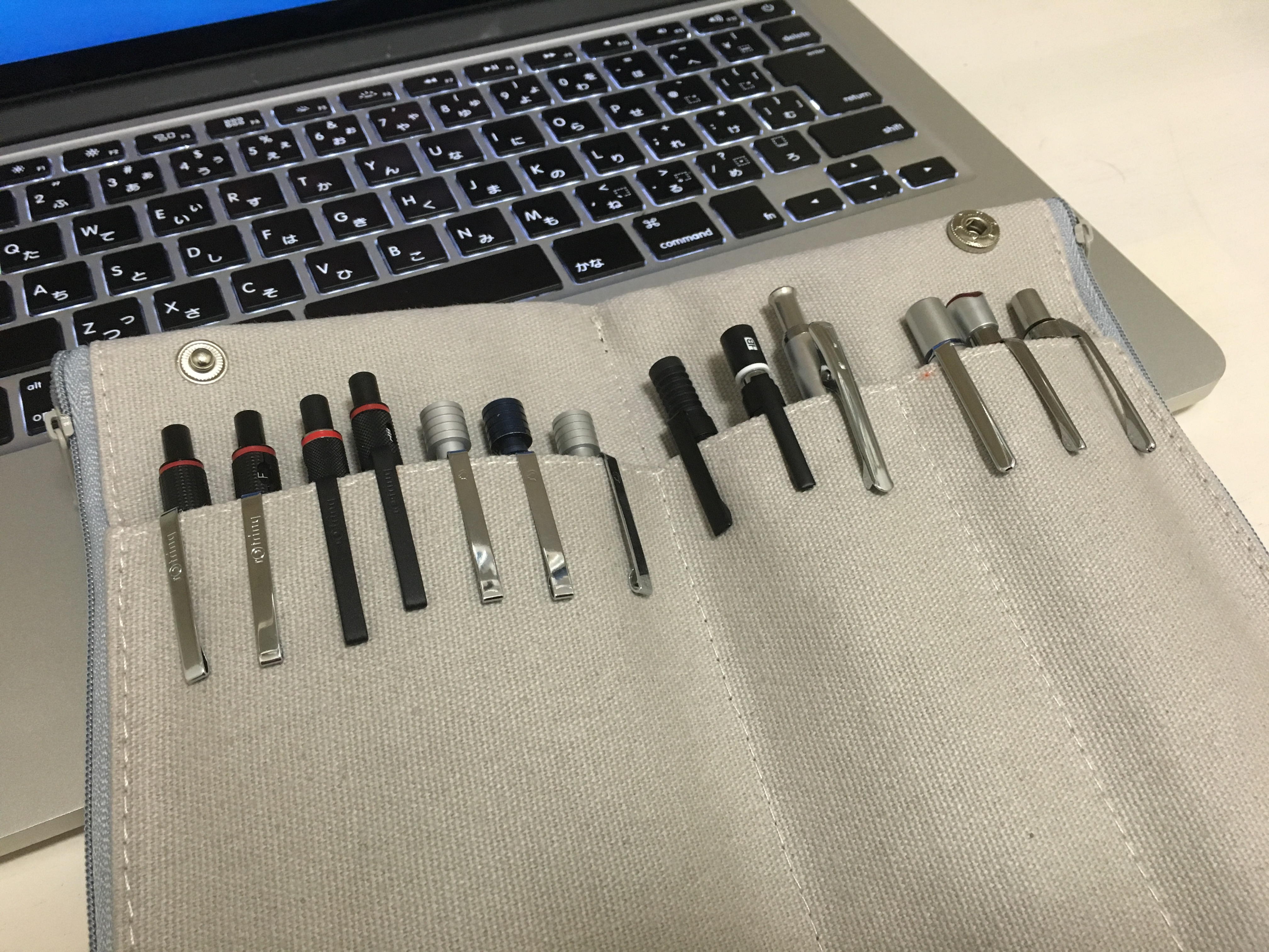ツバメノートのペンケースのペン差し全体を使うと何本のシャーペンが差さるかを検証