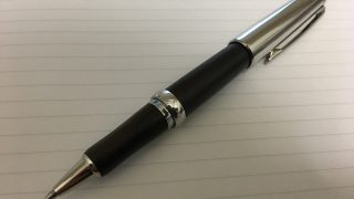 加圧式ボールペンで高級路線を狙うなら検討したい1本。三菱鉛筆ピュアモルト・オークウッド・プレミアム・エディション(加圧ボールペンリフィル搭載)