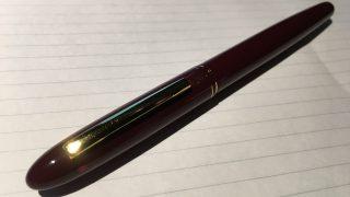 硬質タイプの筆ペンの中で確実にオススメできる1本。「くれ竹手紙ぺんリフィル式臙脂軸」