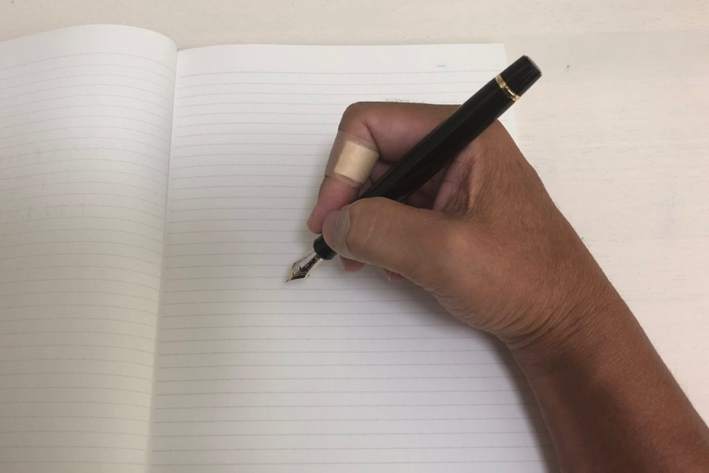 ダメな万年筆の持ち方1